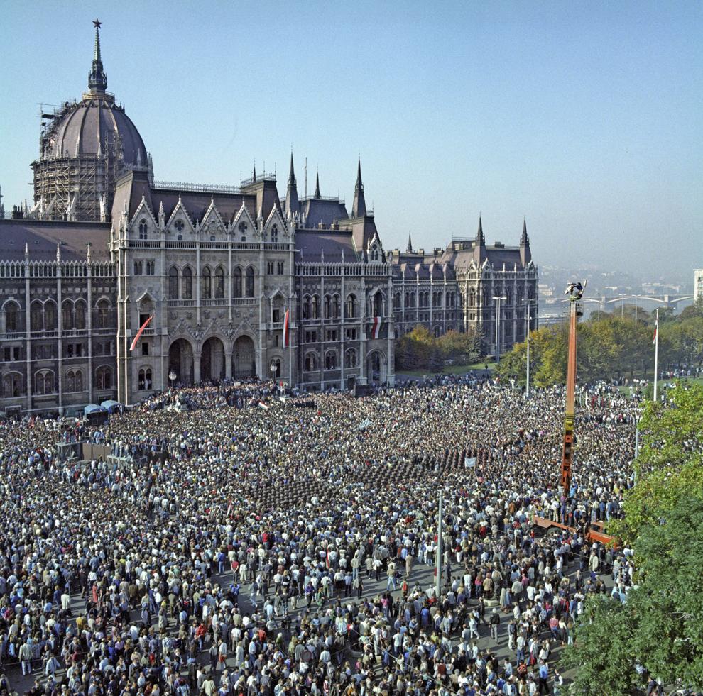 Piaţa Kossuth, în faţa clădirii Parlamentului este plină cu zeci de mii de oameni care asistă la proclamarea Republicii Ungare în locul fostei Republici Populare de către preşedintele Parlamentului ungar şi preşedinte interimar, Mátyás Szűrös, în ziua de 23 octombrie 1989, cu ocazia aniversării a 33 de ani de la evenimentele din 1956.