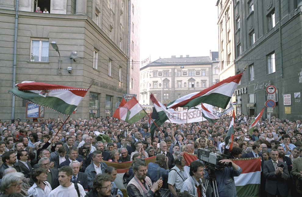 Demonstranţi se adună în centrul Budapestei cu ocazia aniversării a 33 de ani de la revoluţia ungară din 1956, sărbătorită legal pentru prima dată în Ungaria, în data de 23 octombrie 1989.