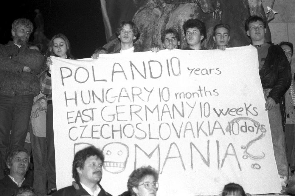 Maghiarii demonstrează pentru a-şi exprima solidaritatea cu preotul reformat Laszlo Tokes din Timişoara, după ce acesta a fost concediat de către episcopul de Oradea, şi cu participanţii la recent reprimatul protest anti-comunist din Timişoara, în Piaţa Eroilor din Budapesta, 19 decembrie 1989.