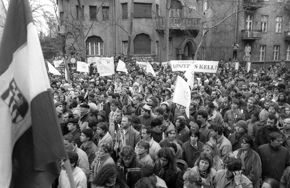 Maghiarii demonstrează în faţa ambasadei României pentru a-şi manifesta susţinerea faţă de revoluţia anti-comunistă, în Budapesta, 23 decembrie 1989.