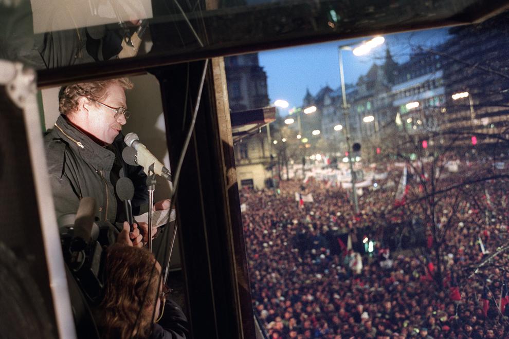 Vaclav Havel, dramaturg dizident şi unul dintre liderii opoziţiei cehoslovace Forumul Civic, ţine un discurs în faţa a mii de protestatari strânşi în piaţa Wenceslas din Praga, vineri, 24 noiembrie 1989.