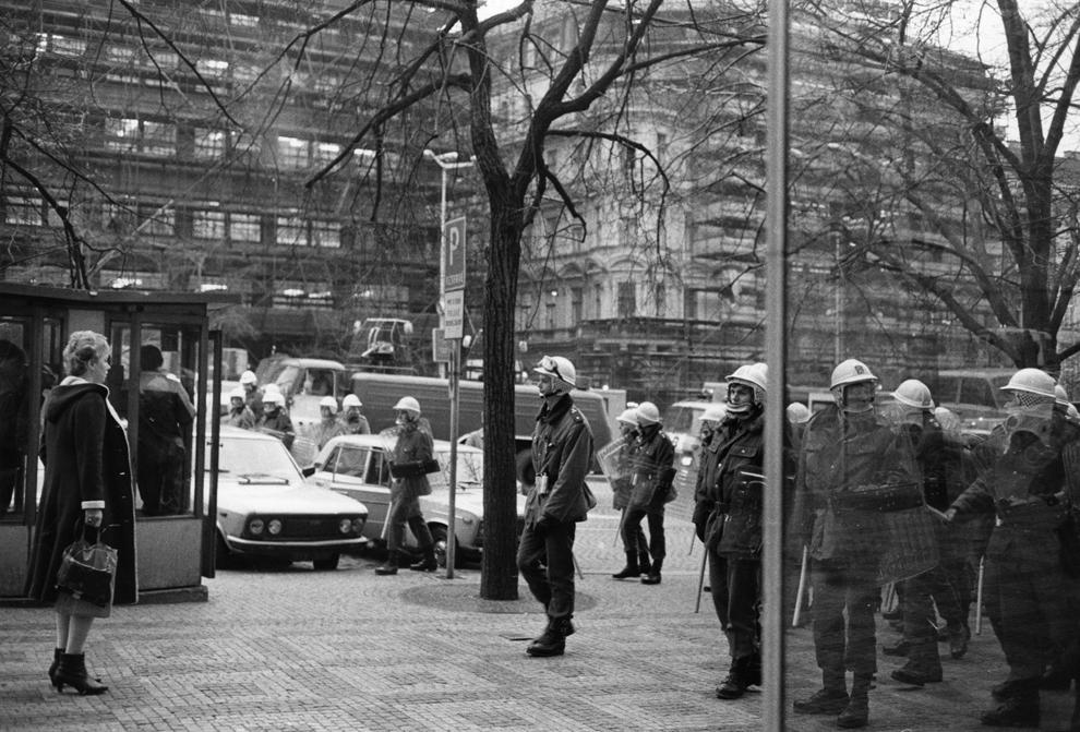 Forţe de ordine cehoslovace patrulează, sâmbătă, 28 octombrie 1989, în piaţa Wenceslas din centrul oraşului Praga, în timpul unor mişcări anti guvernamentale şi anti comuniste.