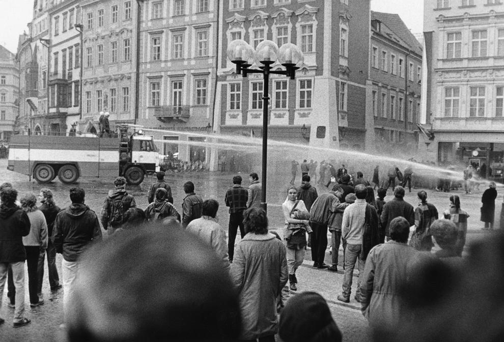 Forţe de ordine cehoslovace încearcă să disperseze protestatari folosind un tun cu apă, sâmbătă, 28 octombrie 1989, în centrul oraşului Praga.