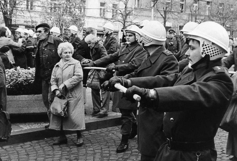 Forţe de ordine cehoslovace, având în mână bastoane, confruntă protestatari anti comunişti, sâmbătă, 28 octombrie 1989, în centrul oraşului Praga.
