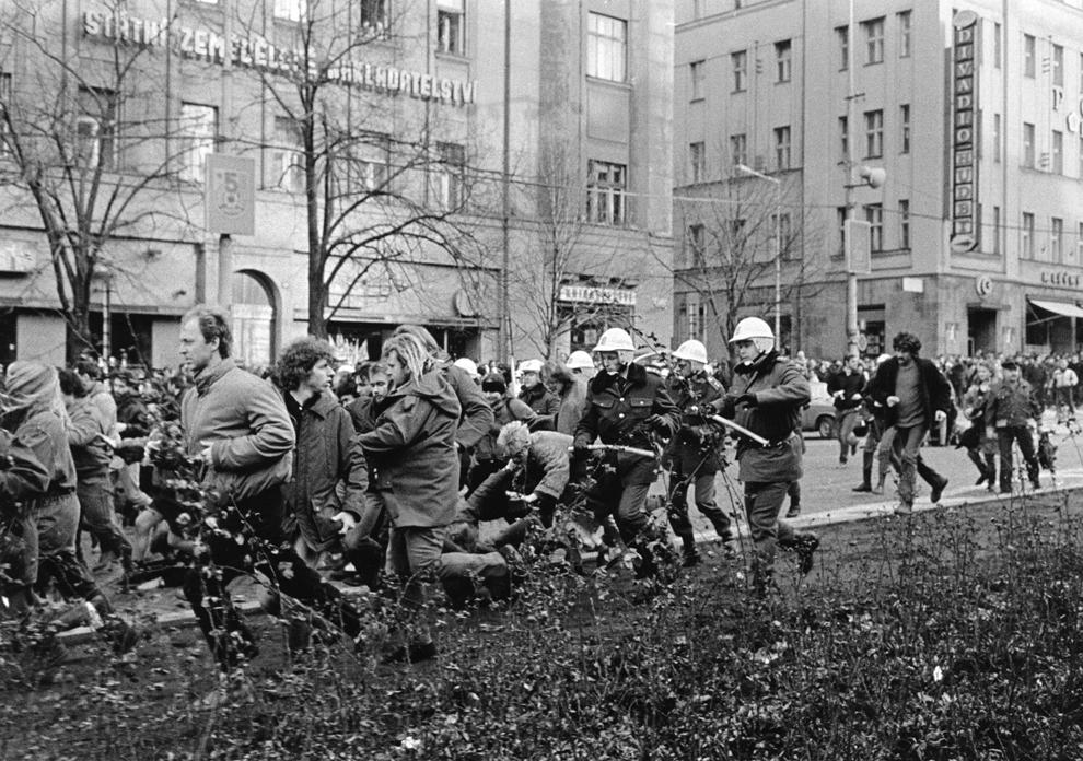 Forţe de ordine cehoslovace, având în mână bastoane, aleargă în formaţie pentru a dispersa protestatari anti comunişti din piaţa Wenceslas, sâmbătă, 28 octombrie 1989, în centrul oraşului Praga.