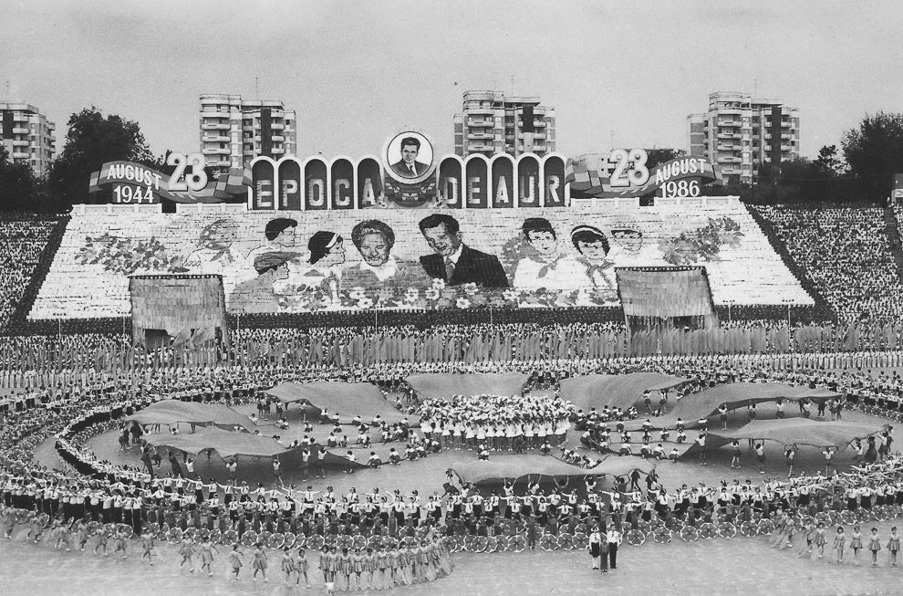 """Festivităţi organizate cu ocazia zilei naţionale pe stadionul """"23 August"""", în Bucureşti, 1986."""