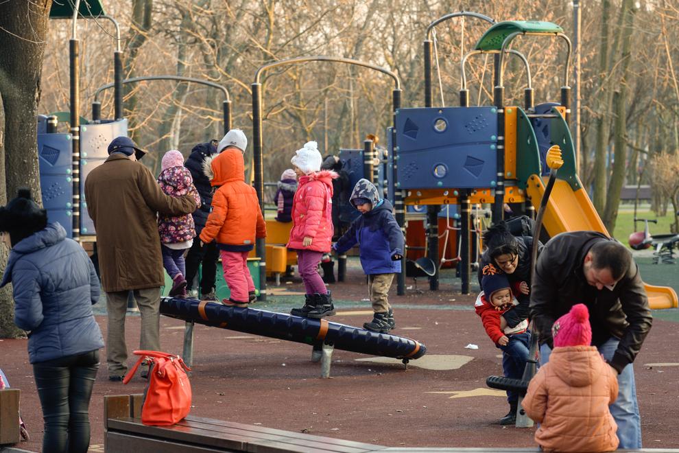 Copii la un loc de joacă din parcul Alexandru Ioan Cuza, Bucureşti, 2014.