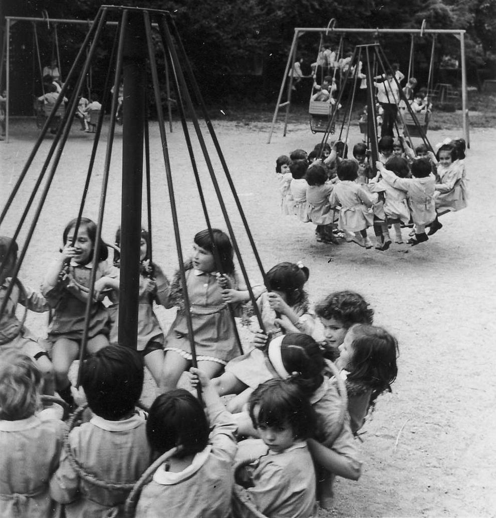Copii pe terenul de joacă.