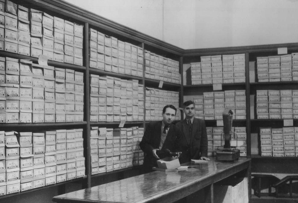 Raionul de încălţăminte, magazinul central din Iaşi, 1951.