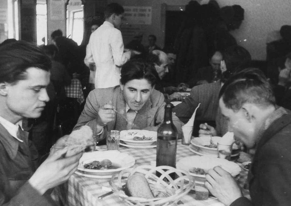 Grup de muncitori servind masa la o casă de odihnă, 1952.