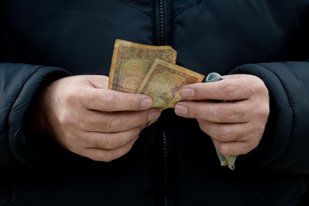 George Stancu ţine în mâini banii pe care îi avea în buzunar în  decembrie 1989. George Stancu a fost arestat pe 21 decembrie şi eliberat a doua zi.