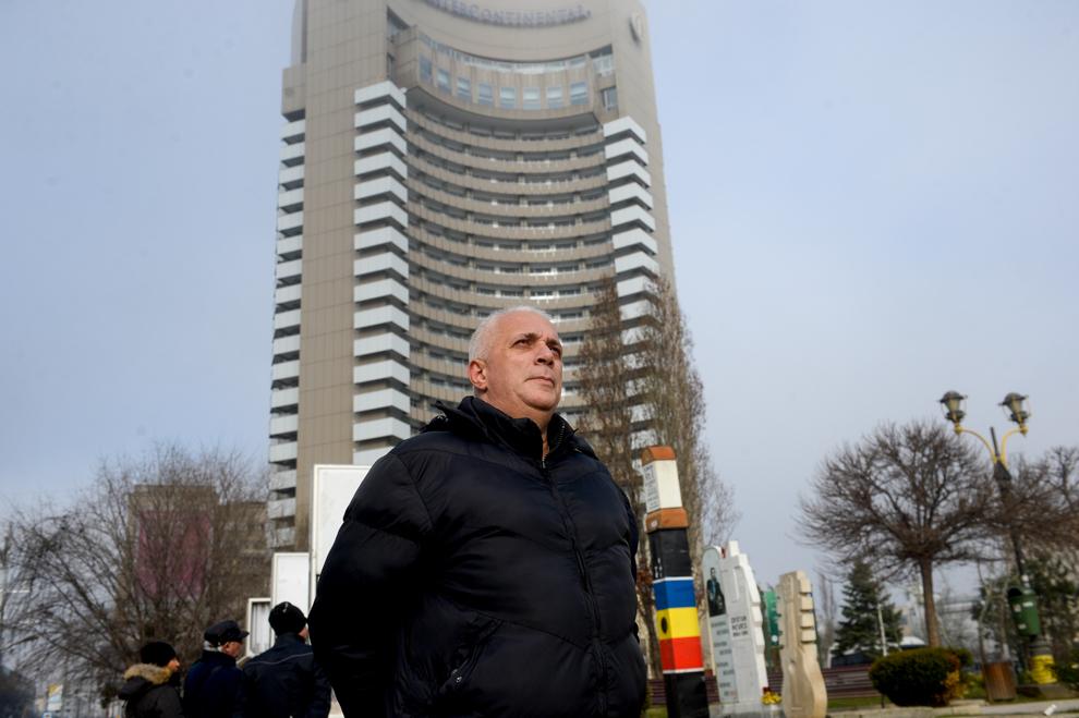 George Stancu pozează in Piaţa Universităţii. George Stancu a fost arestat pe 21 decembrie 1989 şi eliberat a doua zi.
