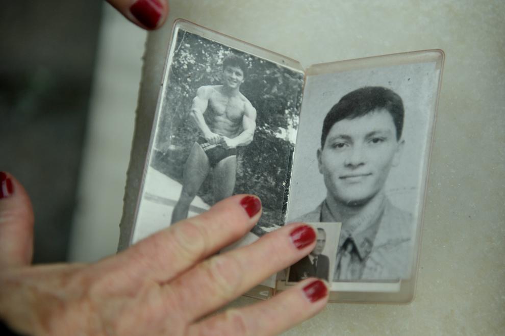 Elena Mănescu, ţine în mână portretele fiului său, Dan Mănescu, decedat la vârsta de 25 de ani, în Piaţa Palatului, în decembrie 1989.
