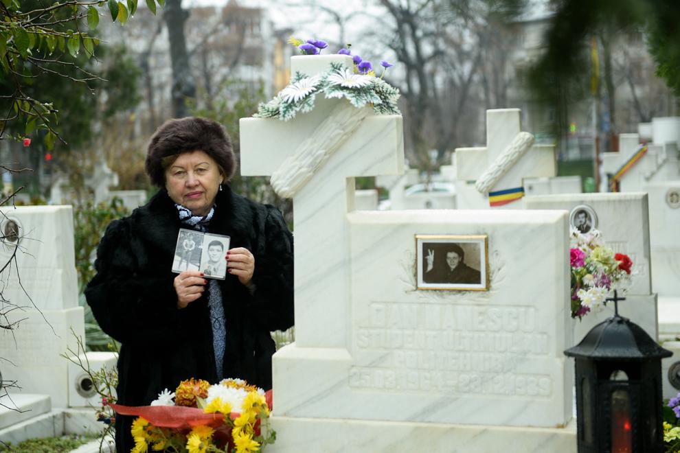 Elena Mănescu, pozează lângă mormântul fiului sau, Dan Mănescu, decedat la vârsta de 25 de ani, în Piaţa Palatului, în decembrie 1989.