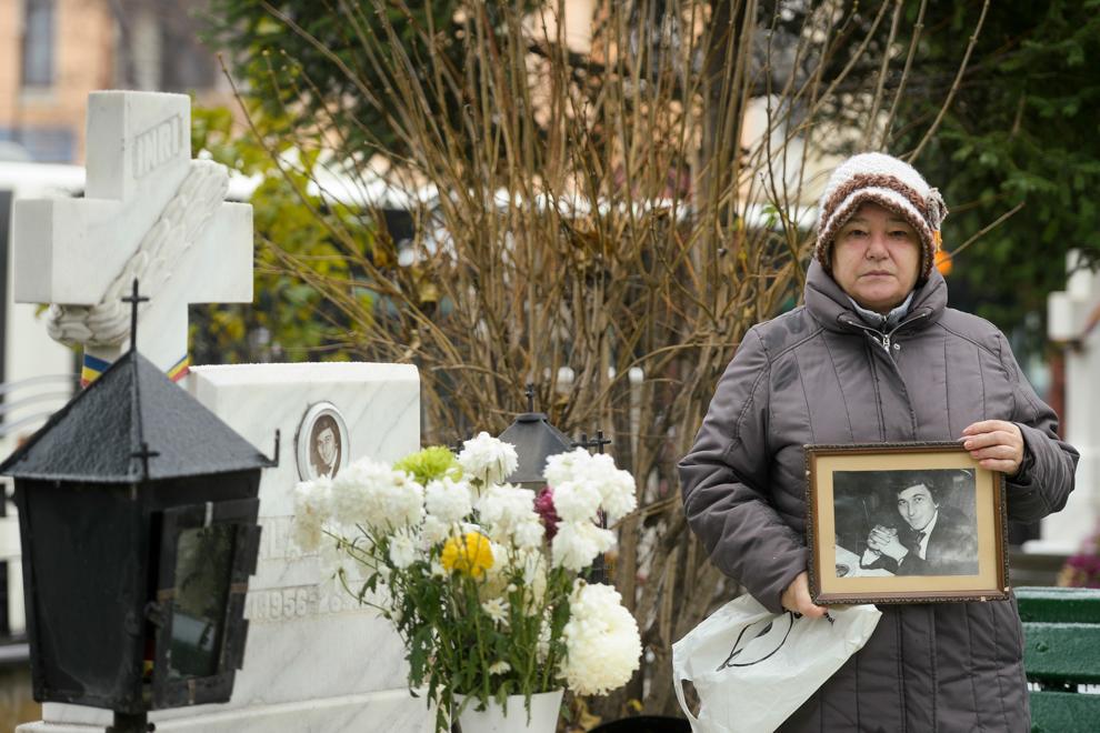 Bălălau Adriana pozeaza lânga mormântul soţului său, Bălălau Nicu, decedat la vârstă de 31 de ani,  în decembrie 1989. Bălălau Nicu era şofer în cadrul armatei.