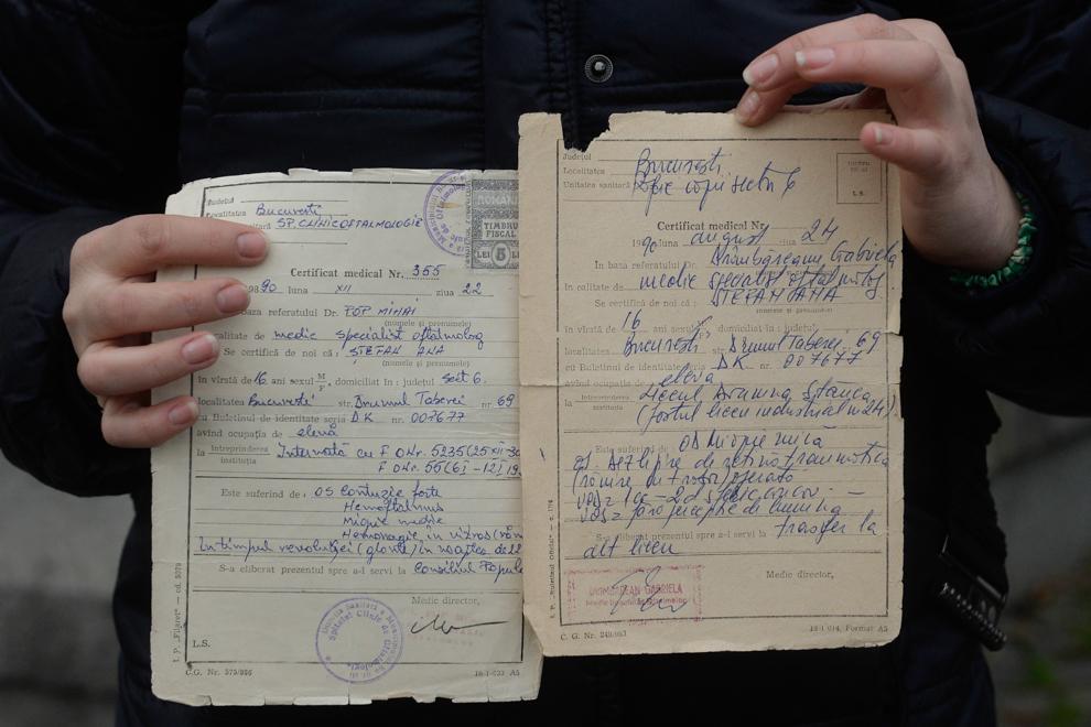 Ana Pavel prezintă documentele medicale eliberate după ce a fost constatată rana la ochiul stâng. Ana Pavel a fost împuşcată în ochi, în decembrie 1989, în timp ce se afla în faţă Comitetului Central.