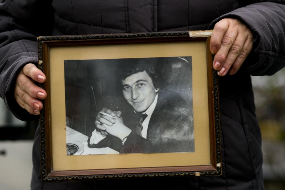 Bălălau Adriana ţine fotografia soţului său, Bălălau Nicu, decedat la vârsta de 31 de ani,  în decembrie 1989. Bălălau Nicu era şofer în cadrul armatei.