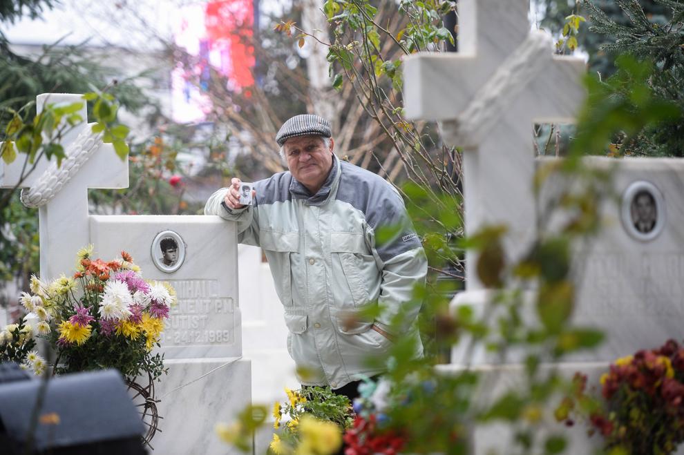 Barbu Ion pozează lângă mormântul fiului sau, Barbu Mihail, decedat la televiziune pe 23 decembrie 1989. Barbu Mihail era soldat în termen la UM 0842 (paraşutişti Boteni).