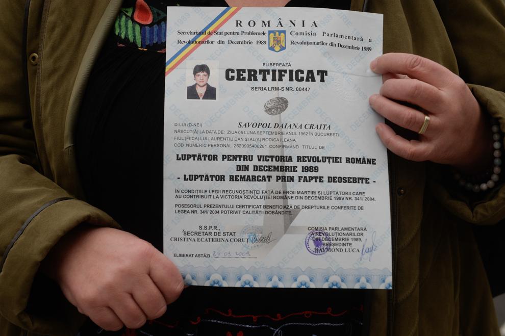 Savopol Daiana Crăiţa, în vârstă de 52 de ani, ţine în mâini certificatul de revoluţionar. Savopol Daiana Crăiţa a participat la evenimentele care au avut loc în Bucureşti în decembrie 1989.