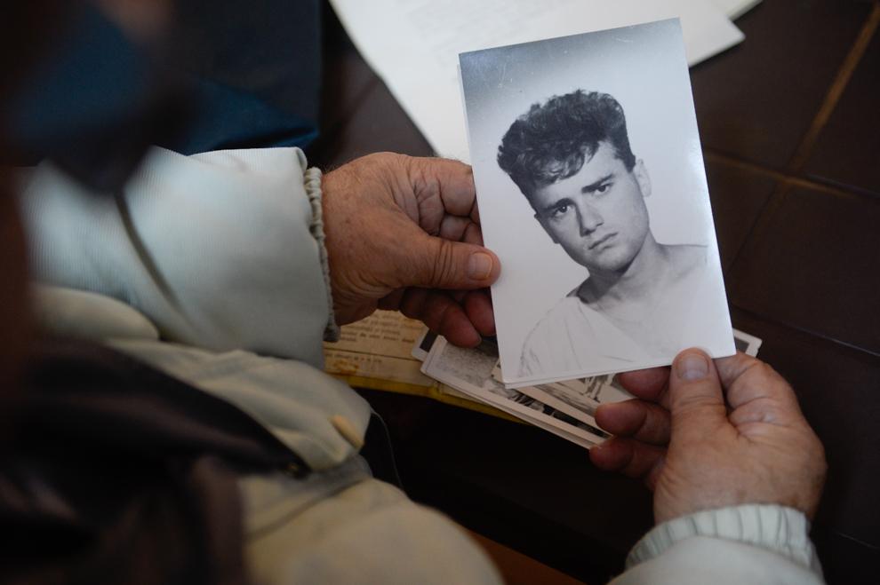 Barbu Ion ţine în mâini portretul fiului său, Barbu Mihail, decedat la televiziune pe 23 decembrie 1989. Barbu Mihail era soldat în termen la UM 0842 (paraşutişti Boteni).
