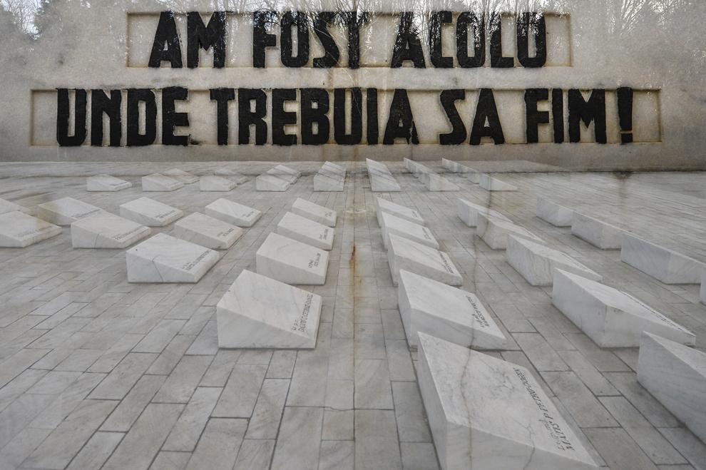"""Imagine cu expunere dublă compusă din mesajul """"Am fost acolo unde trebuia să fim!"""" aflat pe monumentul Eroilor Jandarmi Aeroportul Henri Coandă - Otopeni""""  şi 40 de pietre funerare ridicate în memoria celor 40 de militari decedaţi în 23 decembrie 1989, în Bucureşti, vineri, 19 decembrie 2014. La ora 06:30, în data de 23 decembrie 1989, 40 de militari din UM 0865 Câmpina, aflaţi în autobuze, şi opt civili şi-au pierdut viaţa după ce trupele ce păzeau aerogara au deschis focul asupra lor. Focul a durat aproximativ 10 minute, 22 de militari murind pe loc - cadavrele au zăcut pe caldarâm mai bine de 24 de ore."""