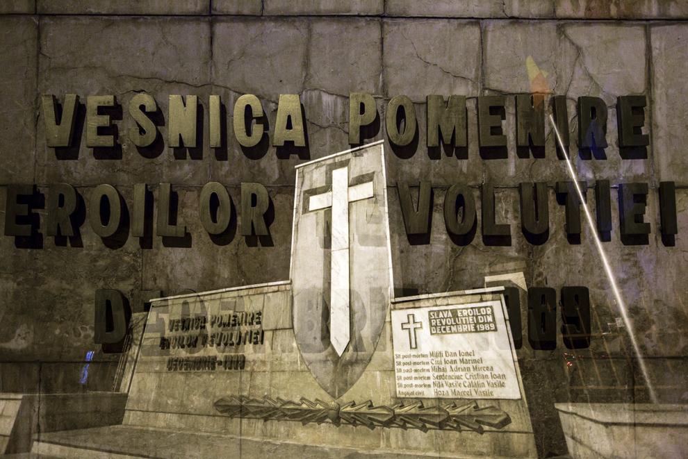 """Imagine cu expunere dublă compusă din mesajul """"Veşnica Pomenire Eroilor Revoluţiei Decembrie 1989"""" şi Monumentul Eroilor Revoluţiei din faţa Academiei Fortelor Terestre """"Nicolae Balcescu"""" din Sibiu, joi, 18 decembrie 2014. Conform Ministerului Sănătăţii, în timpul Revoluţiei din decembrie 1989, în Sibiu au murit 99 de persoane şi peste 100 au fost rănite. Procurorii militari ce au anchetat cazul revoluţiei au estimat că numărul lor ar putea fi sensibil mai mare decât cifrele cunoscute oficial."""