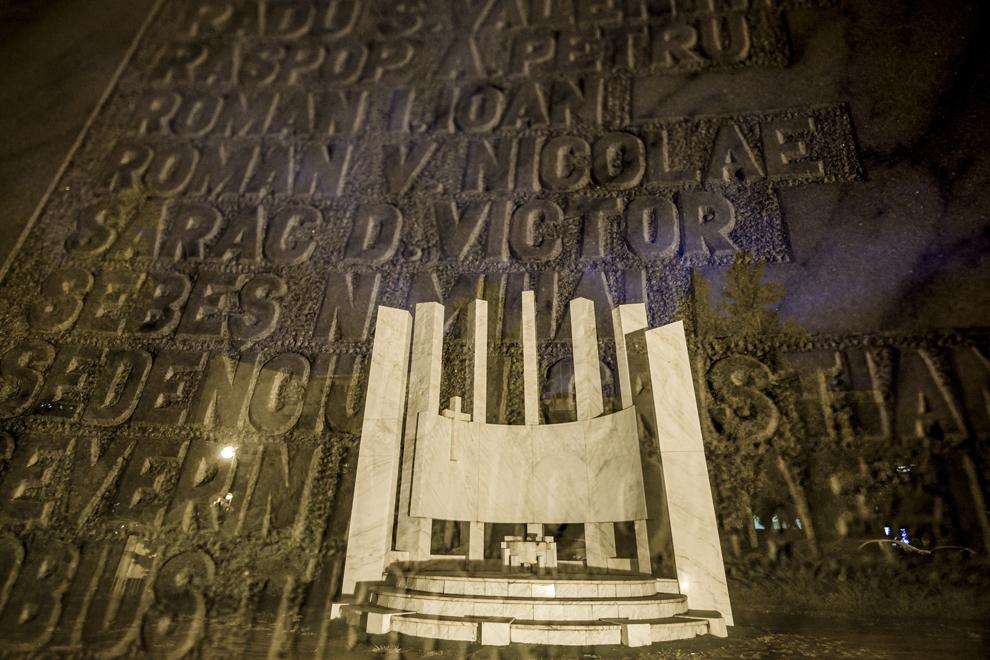 Imagine cu expunere dublă compusă din numele gravate ale eroilor-martiri şi Monumentul Eroilor Revoluţiei din faţa Casei de Cultură a Sindicatelor Sibiu, marţi, 16 decembrie 2014. Potrivit Secretariatului de Stat pentru Problemele Revoluţionarilor - 1142 de persoane au decedat şi 3138 au fost răniţi în toata ţara, cifrele fac referire doar la victimele care au fost declarate, înregistrate şi verificate conform legii. Conform Ministerului Sănătăţii, în timpul Revoluţiei din decembrie 1989, în Sibiu au murit 99 de persoane şi peste 100 au fost rănite. Procurorii militari ce au anchetat cazul revoluţiei au estimat că numărul lor ar putea fi sensibil mai mare decât cifrele cunoscute oficial.