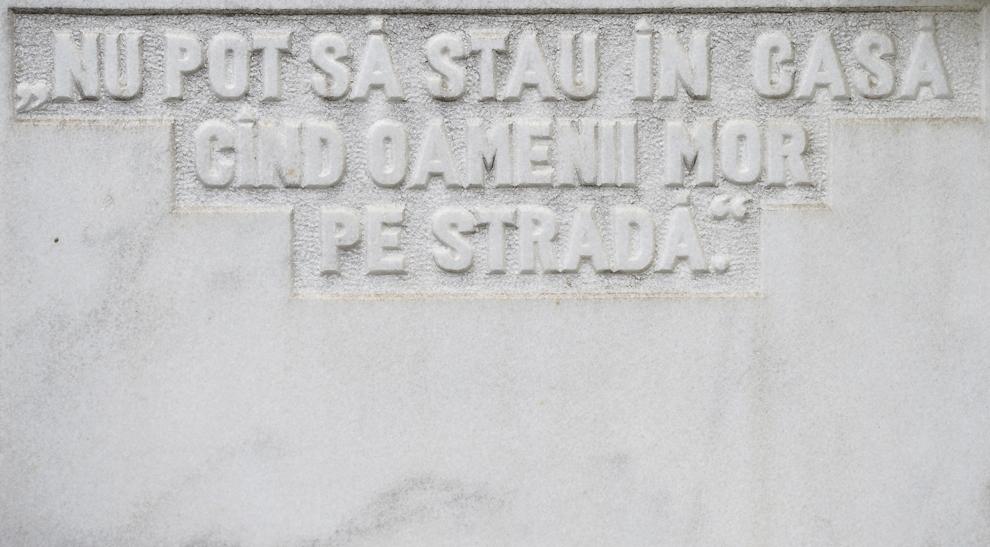 """Piatra de mormânt a eroului-martir Zamfirescu E. Razvan (n.11.03.1969 – d. 22.12.1989) cu mesajul """"Nu pot să stau în casă când oamenii mor pe stradă"""" în Cimitirul Eroii Revoluţiei din Bucureşti, sâmbătă, 21 decembrie 2013. Potrivit Secretariatului de Stat pentru Problemele Revoluţionarilor - 1142 de persoane au decedat şi 3138 au fost răniţi, cifrele fac referire doar la victimele care au fost declarate, înregistrate şi verificate conform legii. Procurorii militari ce au anchetat cazul revoluţiei au estimat că numărul lor ar putea fi sensibil mai mare decât cifrele cunoscute oficial."""