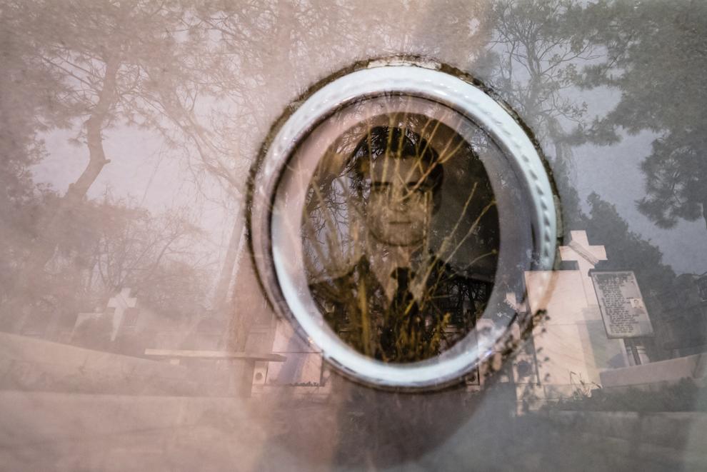 Imagine cu expunere dublă compusă dintr-o placuţă ceramică cu portretul sergentului major Monoreanu Neculai (n.06.11.1969 – d.24.12.1989) şi crucile din Cimitirul Eroilor Martiri din Decembrie '89 din Bucureşti, joi, 18 decembrie 2014. Potrivit Secretariatului de Stat pentru Problemele Revoluţionarilor - 1142 de persoane au decedat şi 3138 au fost răniţi. Procurorii militari ce au anchetat cazul revoluţiei au estimat că numărul lor ar putea fi sensibil mai mare decât cifrele cunoscute oficial.