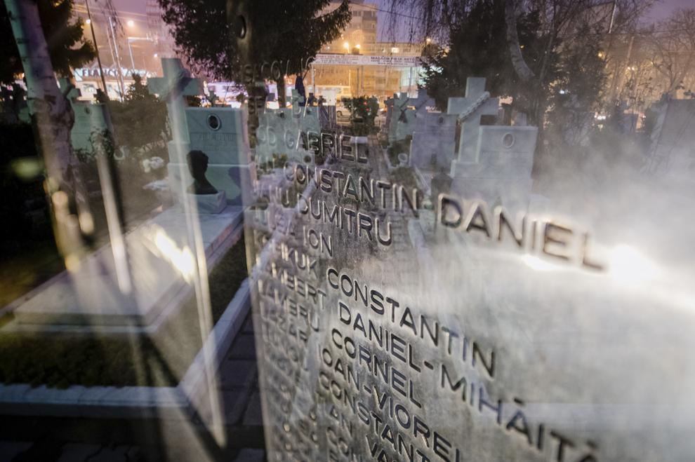 Imagine cu expunere dublă compusă din Zidul Amintirii, ce conţine numele gravate ale celor 1.058 de eroi ai Revoluţiei, şi crucile din Cimitirul Eroilor Martiri din Decembrie '89 din Bucureşti, joi, 18 decembrie 2014. Potrivit Secretariatului de Stat pentru Problemele Revoluţionarilor - 1142 de persoane au decedat şi 3138 au fost răniţi. Procurorii militari ce au anchetat cazul revoluţiei au estimat că numărul lor ar putea fi sensibil mai mare decât cifrele cunoscute oficial.