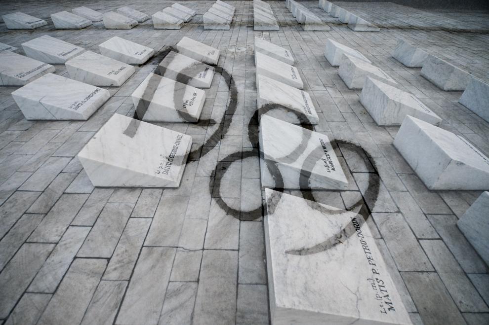 """Imagine cu expunere dublă compusă din mesajul """"1989"""" si 40 de pietre funerare ridicate în memoria celor 40 de militari decedaţi în ziua de 23 decembrie 1989, în Bucureşti, vineri, 19 decembrie 2014. La ora 06:30, în data de 23 decembrie 1989, 40 de militari din UM 0865 Câmpina, aflaţi în autobuze, şi opt civili şi-au pierdut viaţa după ce trupele ce păzeau aerogara au deschis focul asupra lor. Focul a durat aproximativ 10 minute, 22 de militari murind pe loc - cadavrele au zăcut pe caldarâm mai bine de 24 de ore."""