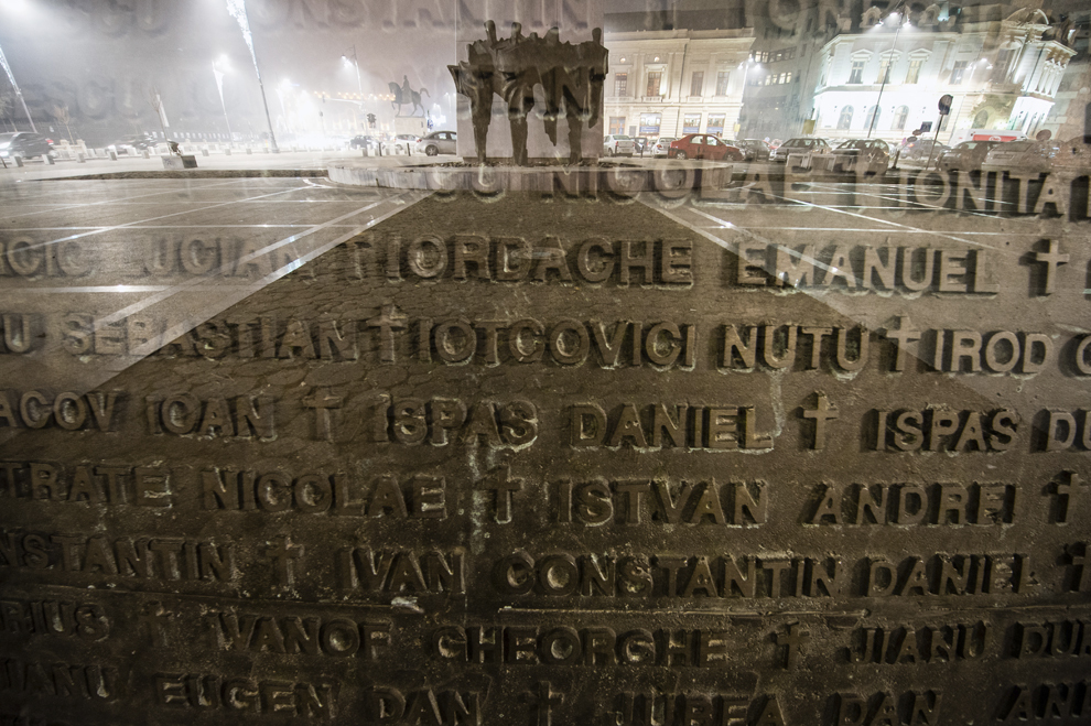Imagine cu expunere dublă compusă din Zidul Amintirii, ce conţine numele celor 1.058 de eroi ai Revoluţiei, şi un grup de personaje stilizate, simbolizând amprenta participanţilor la Revoluţie, ce fac parte din ansamblul monumental Memorialul Renaşterii, închinat Eroilor Revoluţiei din Decembrie 1989, în Bucureşti, marţi, 16 decembrie 2014. Potrivit Secretariatului de Stat pentru Problemele Revoluţionarilor - 1142 de persoane au decedat şi 3138 au fost răniţi. Procurorii militari ce au anchetat cazul revoluţiei au estimat că numărul lor ar putea fi sensibil mai mare decât cifrele cunoscute oficial.