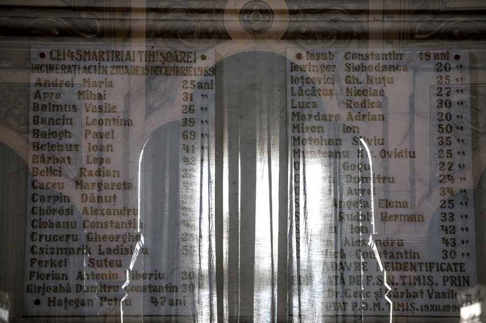 """Imagine cu expunere dubla compusă dintr-o plăcuţă cu numele celor 43 de eroi-martiri decedaţi în decembrie 1989 în Timişoara şi incineraţi în Bucureşti în cadrul operaţiunii """"Trandafirul"""", şi intrarea în capela Crematoriului Uman Cenuşa, realizată în Bucureşti, sâmbătă, 20 decembrie 2014. Operaţiunea Trandafirul s-a desfăşurat în zilele de 18 şi 20 decembrie 1989, în cadrul acţiunilor de reprimarea a revoluţiei din decembrie 1989. 43 de cadavre ale celor împuşcaţi mortal la demonstraţiile din Timişoara în zilele de 16 şi 18 decembrie, dar şi ale unor răniţi executaţi în Spitalul Judeţean Timiş (SJT), au fost furate de la morga acestui spital şi transportate la Bucureşti, unde au fost incinerate în Crematoriul Uman Cenuşa. Cenuşa rezultată a fost aruncată într-un canal din Popeşti-Leordeni."""