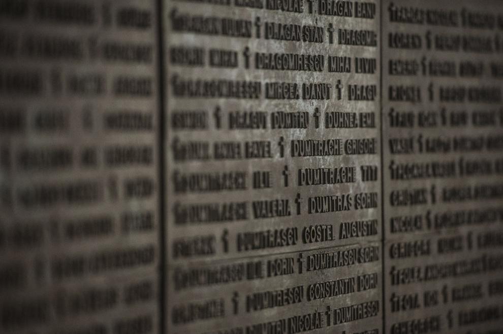 """O parte din numele celor 1.058 de eroi ai Revoluţiei, gravate pe Zidul Amintirii, ce face parte din ansamblul monumental """"Memorialul renaşterii – Glorie Eternă Eroilor şi Revoluţiei Române din Decembrie 1989"""", creat de Alexandru Ghilduş, în Bucureşti, marţi, 16 decembrie 2014. Potrivit Secretariatului de Stat pentru Problemele Revoluţionarilor - 1142 de persoane au decedat şi 3138 au fost răniţi, cifrele fac referire doar la victimele care au fost declarate, înregistrate şi verificate conform legii. Procurorii militari ce au anchetat cazul revoluţiei au estimat că numărul lor ar putea fi sensibil mai mare decât cifrele cunoscute oficial."""