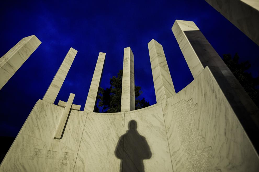 O siluetă este proiectată pe Monumentul Eroilor Revoluţiei din faţa Casei de Cultură a Sindicatelor Sibiu, marţi, 16 decembrie 2014. Potrivit Secretariatului de Stat pentru Problemele Revoluţionarilor - 1142 de persoane au decedat şi 3138 au fost răniţi în toată ţara, cifrele fac referire doar la victimele care au fost declarate, înregistrate şi verificate conform legii. Conform Ministerului Sănătăţii, în timpul Revoluţiei din decembrie 1989, în Sibiu au murit 99 de persoane şi peste 100 au fost rănite. Procurorii militari ce au anchetat cazul revoluţiei au estimat că numărul lor ar putea fi sensibil mai mare decât cifrele cunoscute oficial.