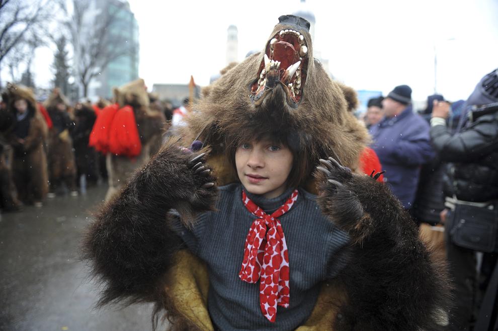 Un copil costumat în urs participă la Festivalul tradiţiilor şi obiceiurilor, în Bacău, sâmbătă, 27 decembrie 2014.