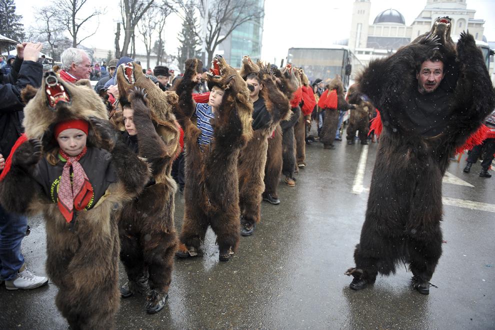 Persoane participă la Festivalul tradiţiilor şi obiceiurilor, în Bacău, sâmbătă, 27 decembrie 2014.