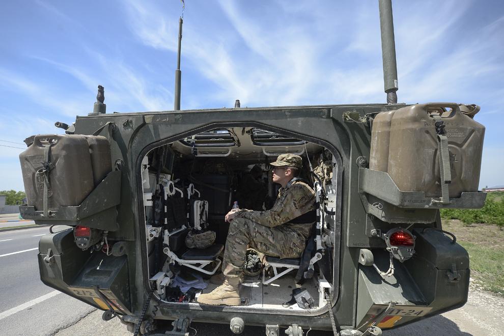 """Un soldat al armatei Statelor Unite ale Americii se odihneşte în interiorul unui transportor militar blindat """"Stryker"""" în timpul deplasării acestuia prin judeţul Ialomiţa, miercuri, 13 mai 2015."""