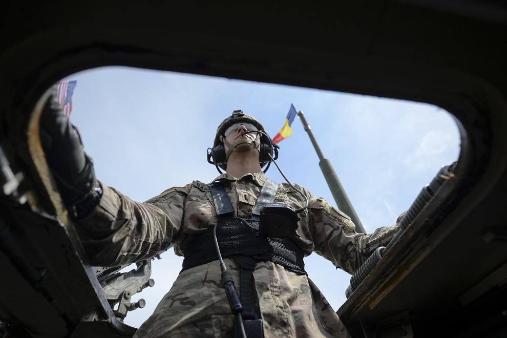 """Locotenentul Barrett priveşte desfăşurarea """"Marşului Cavaleriei"""" dintr-un transportor militar blindat """"Stryker"""", în timpul deplasării acestuia prin judeţul Prahova, miercuri, 13 mai 2015."""