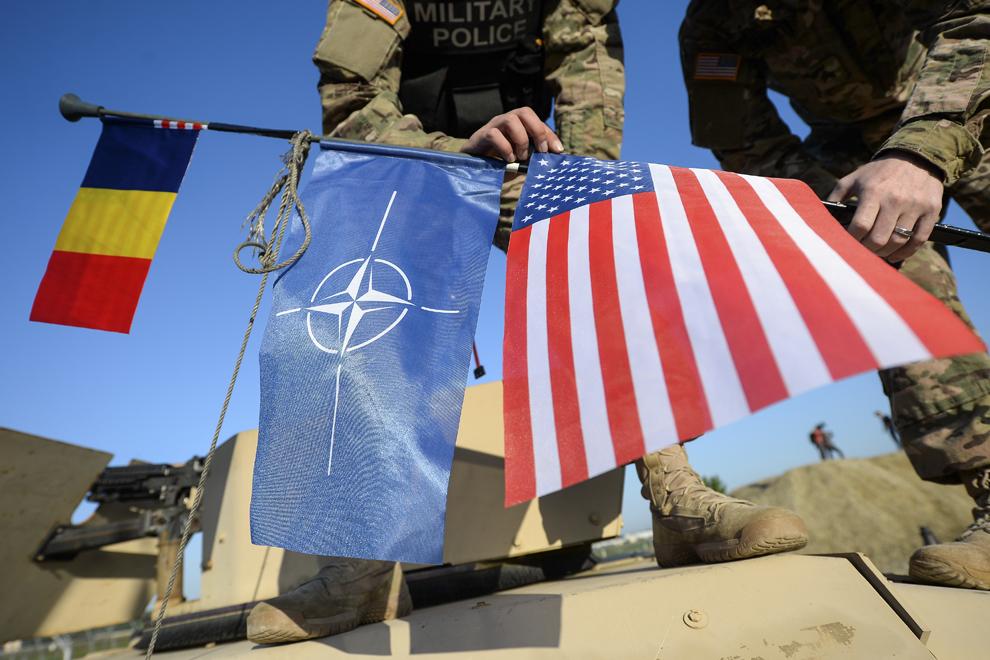 Steagurile României, NATO şi Statelor Unite ale Americii sunt arborate pe antena unui vehicul militar Humvee, în baza militară Mihail Kogalniceanu, miercuri, 13 mai 2015.