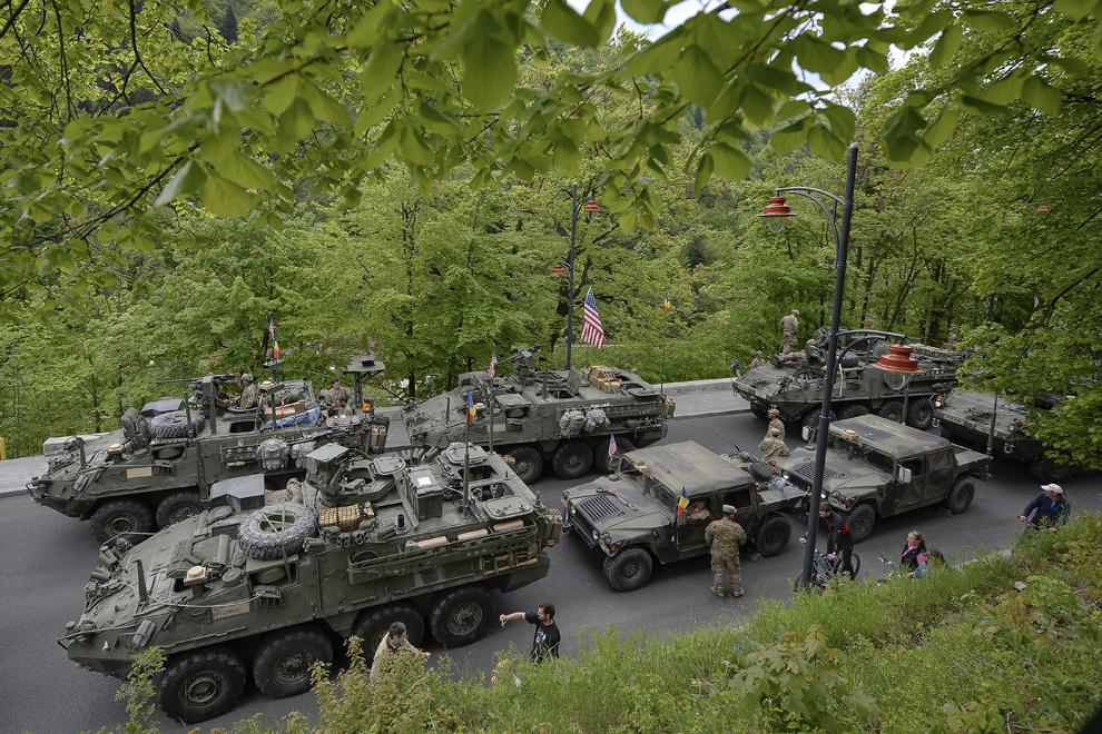 """Vehicule militare americane sunt parcate pe Bulevardul Ferdinand din Sinaia, în timpul evenimentului """"Marşul Cavaleriei"""", joi, 14 mai 2015."""