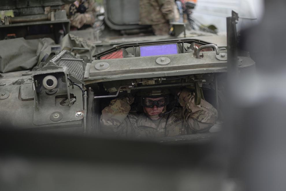 """Soldatul american Gordon, şofer al unui transportor blindat """"Stryker"""" îşi ajustează casca în timpul evenimentului """"Marşul Cavaleriei"""", joi, 14 mai 2015."""