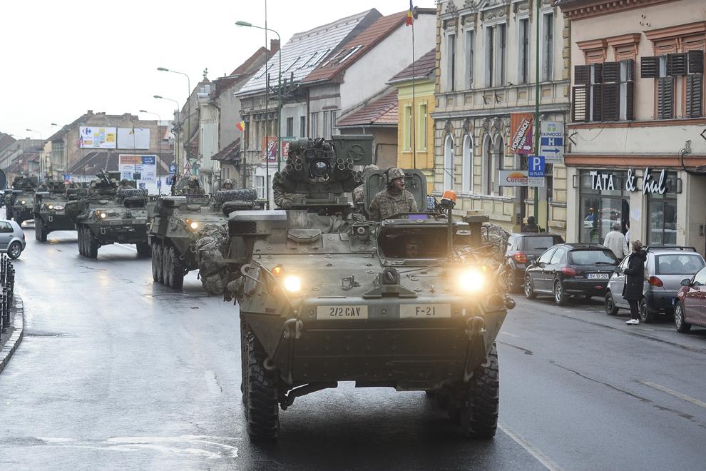 """O coloană de transportoare militare blindate """"Stryker"""" străbate oraşul Braşov în timpul evenimentului """"Marşul Cavaleriei"""", joi, 14 mai 2015."""