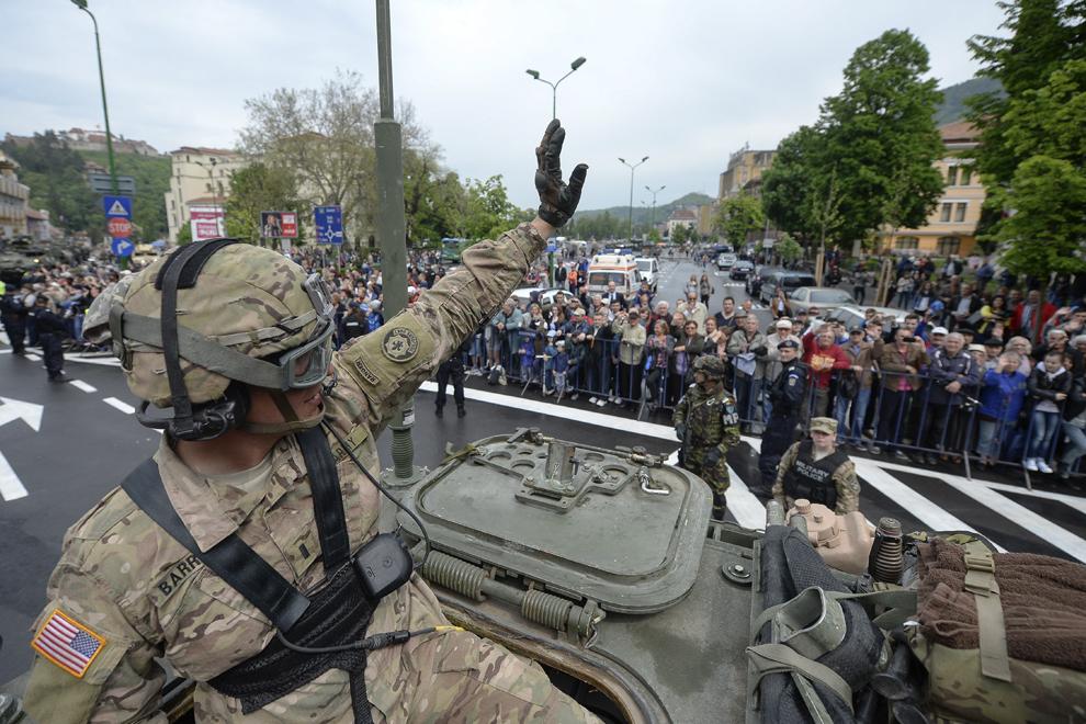 """Locotenentul Barrett salută publicul adunat în zona Livezii Poştei din Braşov în timpul evenimentului """"Marşul Cavaleriei"""", joi, 14 mai 2015."""