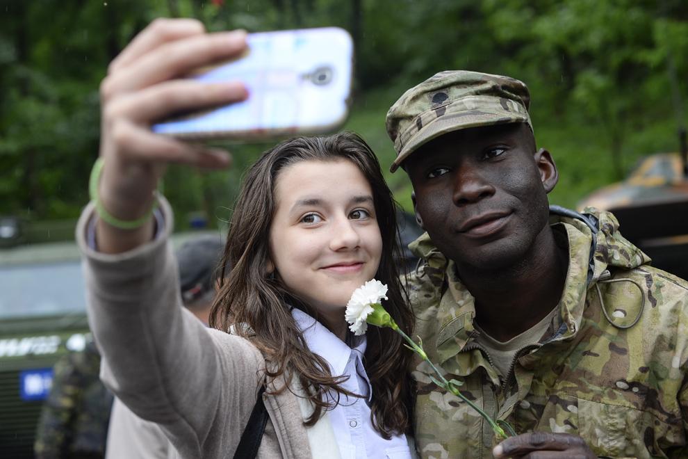 """O tânără se fotografiază alături de caporalul Cruz, în timpul evenimentului """"Marşul Cavaleriei"""", joi, 14 mai 2015."""