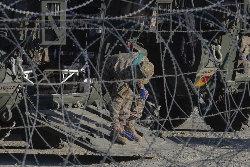 Un soldat american îşi curăţă încălţămintea în baza militară Mihail Kogalniceanu, miercuri, 13 mai 2015.