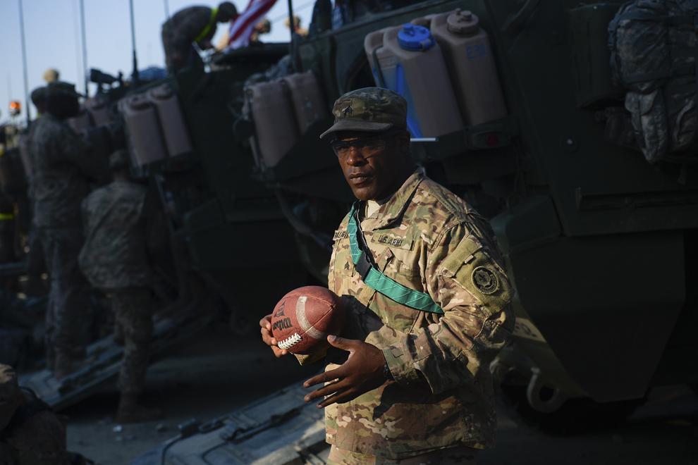 Sergentul Russell Hughes din armata Statelor Unite ale Americii priveşte spre camera foto în timp ce strânge efectele personale în baza militară Mihail Kogalniceanu, miercuri, 13 mai 2015.
