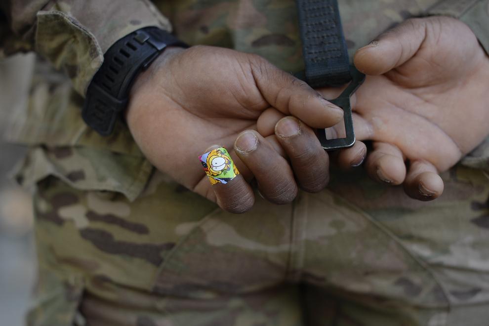 Caporalul Lee poartă un bandaj cu personajul de desene animate Garfield în timpul informării ce are loc în baza militară Mihail Kogalniceanu, miercuri, 13 mai 2015.