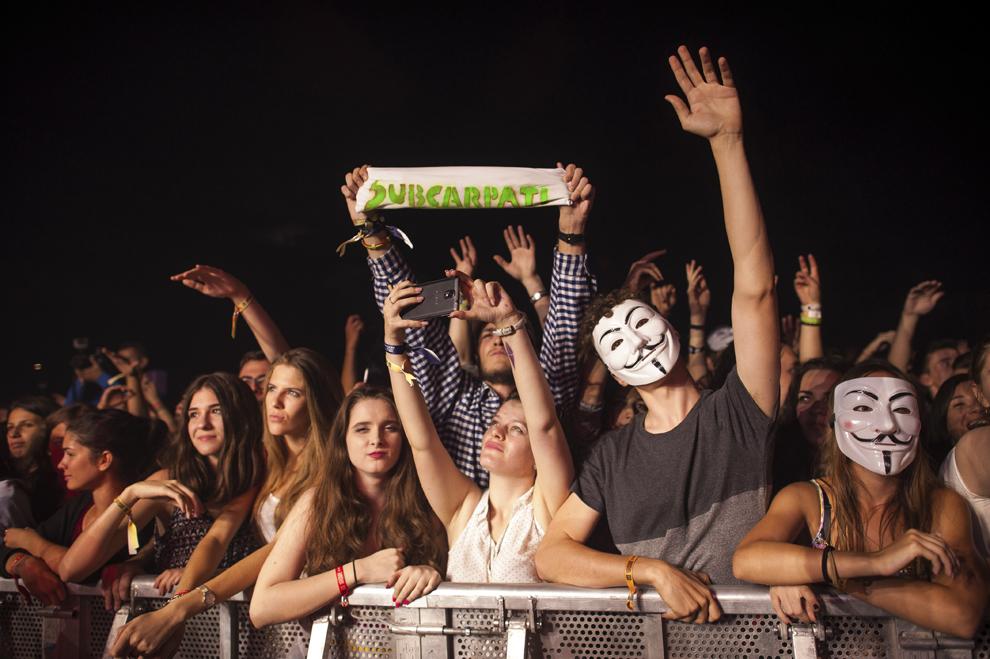 Publicul se manifesta in cadrul concertului sustinut de trupa Subcarpati, in cadrul festivalului Untold, pe Cluj Arena, vineri, 31 iulie 2015.