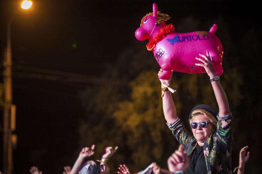 Publicul se manifesta in cadrul concertului sustinut de dj-ul britanic Andy C si 2Shy MC, langa Sala Polivalenta, in cadrul festivalului Untold, la Cluj-Napoca,vineri, 31 iulie 2015.